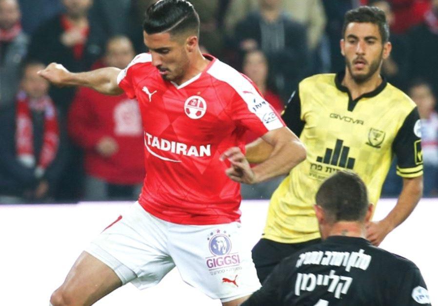 Hapoel Beersheba forward Niv Zrihen rounds Beitar Jerusalem goalkeeper Boris Kleyman (1) on the way