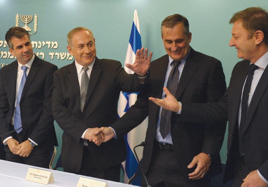 PRIME MINISTER Benjamin Netanyahu congratulates Intel CEO Brian Krzanich yesterday.