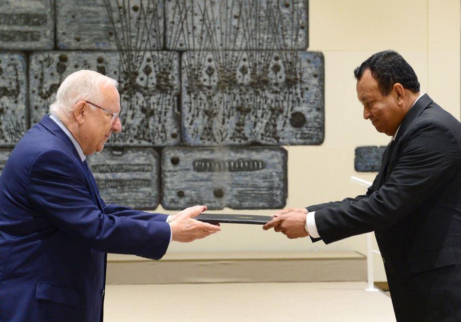 President Reuven Rivlin accepts the credentials of Honduras' new ambassador to Israel, June 15 2017.
