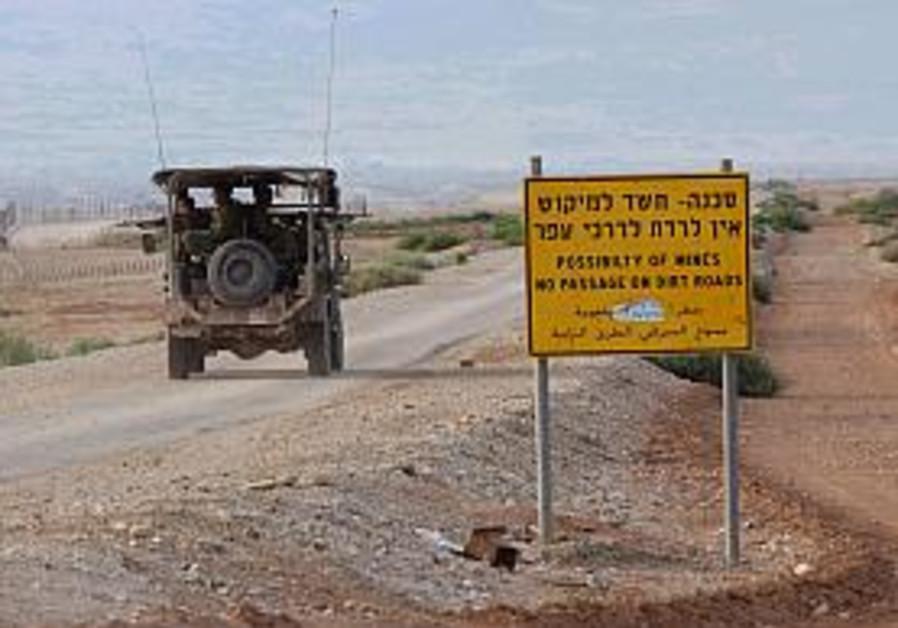 idf jeep patrols the jordanian border 298