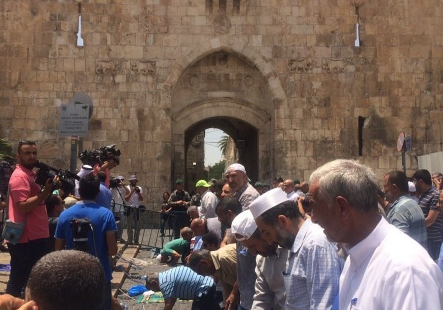 For the second day, Muslim worshipers refuse to enter Temple Mount over new Israeli security measure