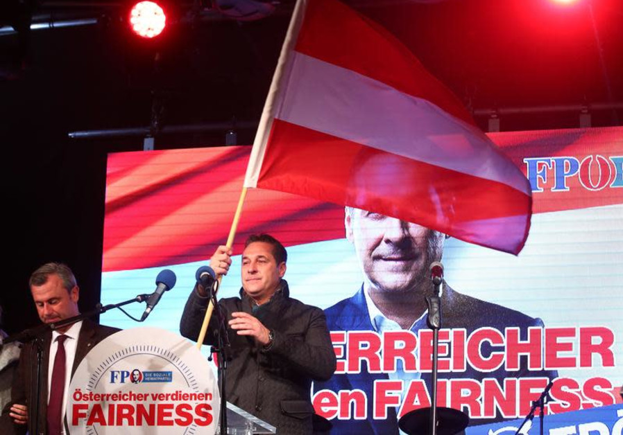 Norbert Hofer (L) and Austrian Freedom Party (FPOe) top candidate Heinz-Christian Strache attend their party's final election campaign rally in Vienna, Austria, October 13, 2017. (REUTERS/Michael Dalder)